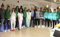 Jugadores del Elche y personal del Vinalopó (Foto. ConSalud)