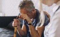 Un anciano con su bastón (Foto. Freepik)