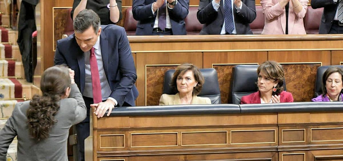 Pablo Iglesias felicitando a Pedro Sánchez tras finalizar la votación en el debate de investidura. (Foto. @gpscongreso)