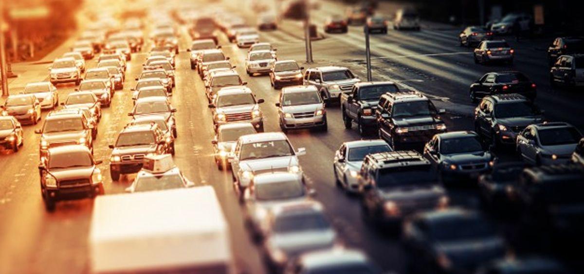 Tráfico y contaminación ambiental (Foto. Freepik)