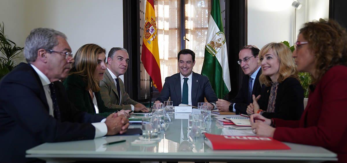 Juanma Moreno presidió la reunión de la Mesa de Dialogo Social, a la que asistieron los consejos de la Presidencia, Empleo y Economía, el presidente de la CEA y representantes de UGT y CCOO. (Foto. Junta)