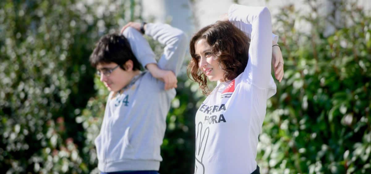 La presidenta autonómica, Isabel Díaz Ayuso, practica una rutina de estiramientos junto a un alumno del Instituto Santamarca (Foto: Comunidad de Madrid)