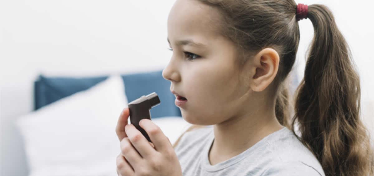 El tabaquismo pasivo hace empeorar a los niños con asma (Foto. Freepik)