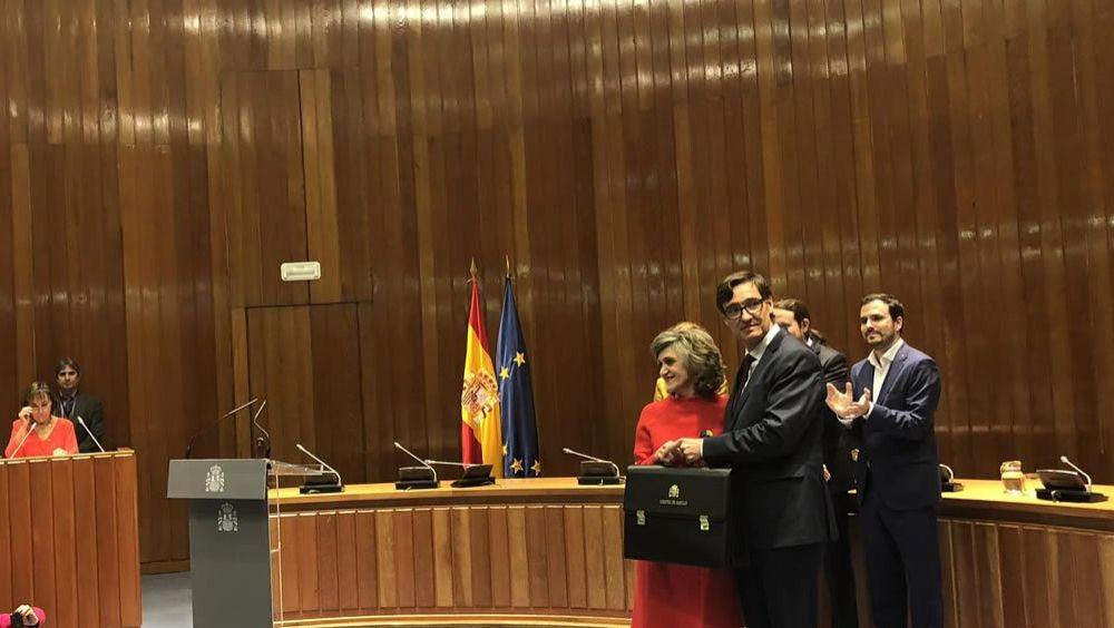 Salvador Illa recoge la cartera de Sanidad de manos de su antecesora, María Luisa Carcedo. (Foto: Twitter Ministerio de Sanidad)
