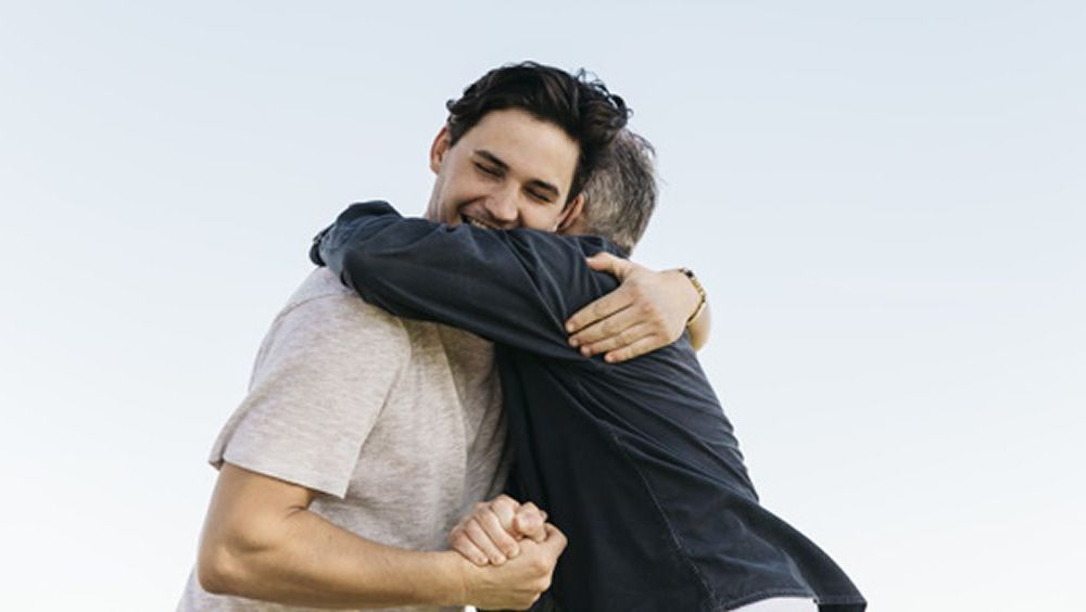 Padre e hijo abrazándose (Foto. Freepik)