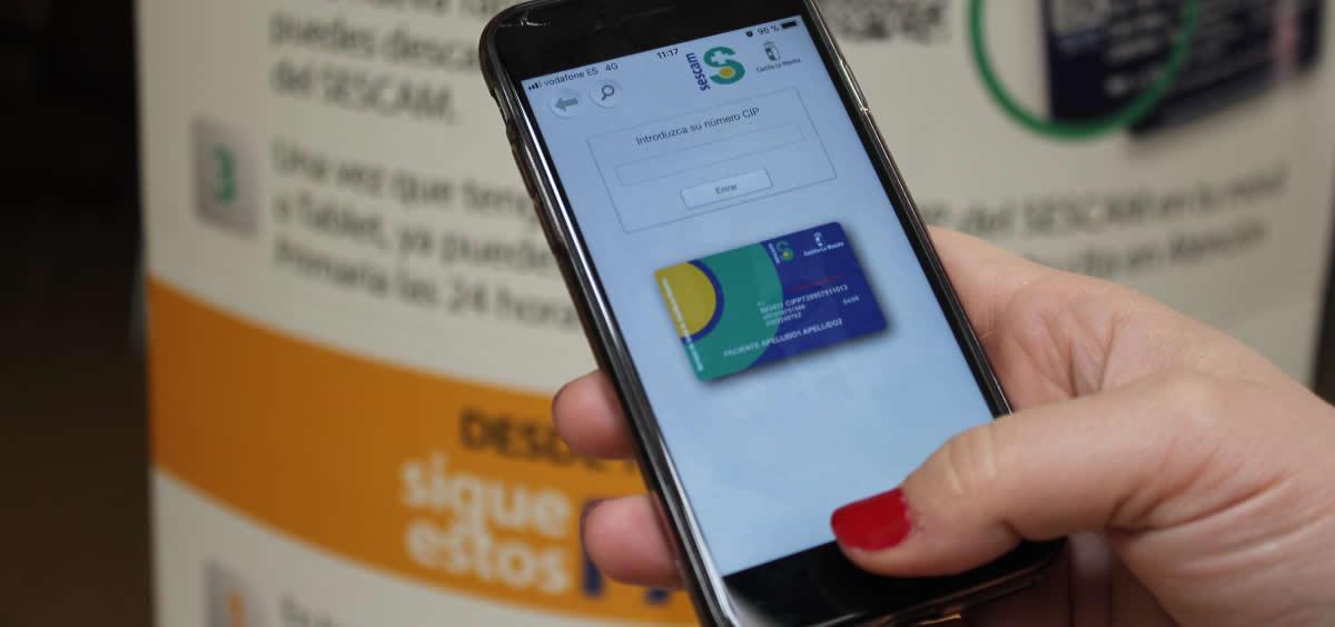 Usuaria accediendo a la App del Sescam para pedir cita previa (Foto. Sescam)