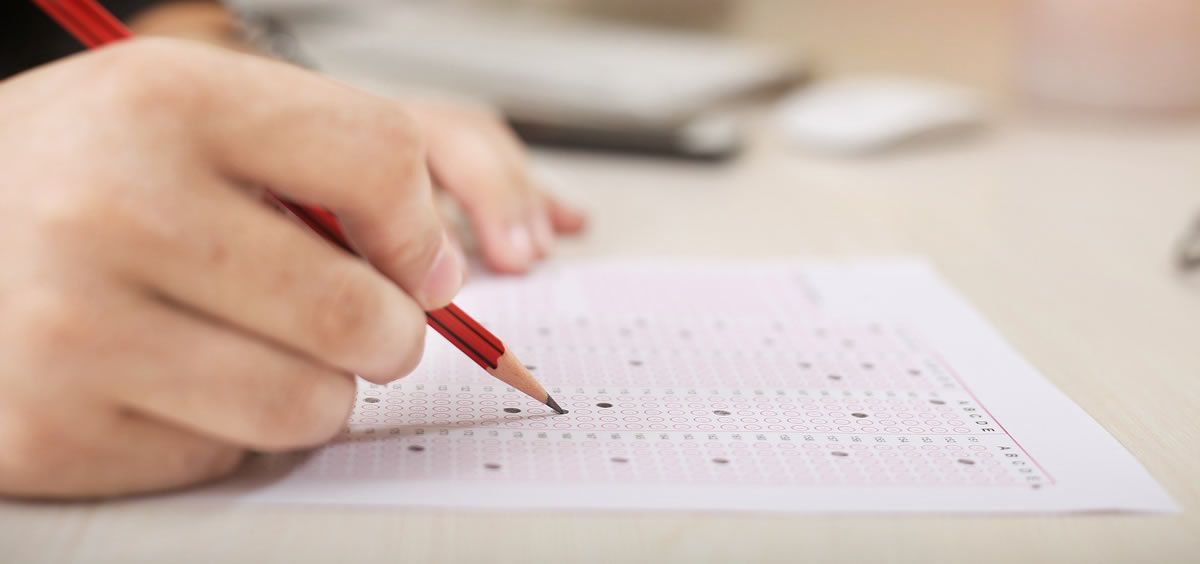 Opositor haciendo un examen. (Foto. Pixabay)