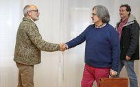 Miguel Rodríguez saluda a Pepo Díaz, en presencia de Víctor Madrigal (Foto. Gobierno de Cantabria)