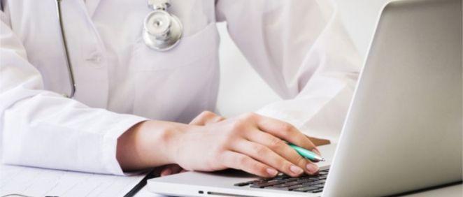 Médico utilizando un sistema virtual sanitario (Foto. Freepik)