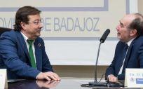 El presidente de Extremadura, junto al presidente de la Real Academia de Medicina, Joaquín Poch, durante la ponencia (Foto. Junta de Extremadura)