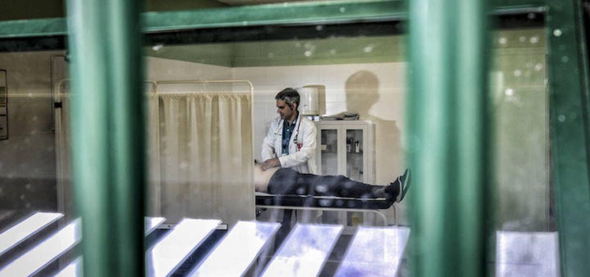 Sanitario atendiendo a un recluso en un centro penitenciario. (Foto. Satse)