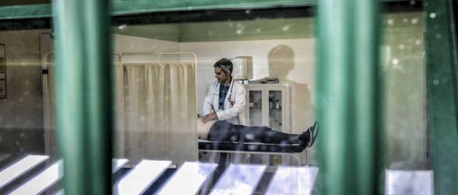 Enfermero atendiendo a un recluso en un centro penitenciario. (Foto. Satse)