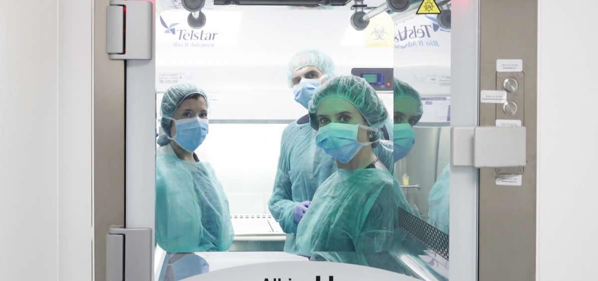 La presidenta de la Comunidad de Madrid ha visitado el Laboratorio de Producción de Terapias Avanzadas del Hospital 12 de Octubre, junto al consejero de Sanidad, Enrique Ruiz Escudero (Foto. Comunidad de Madrid)