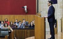 Juanma Moreno se dirige a los diputados del Parlamento de Andalucía desde el atril. (Foto. Junta de Andalucía)