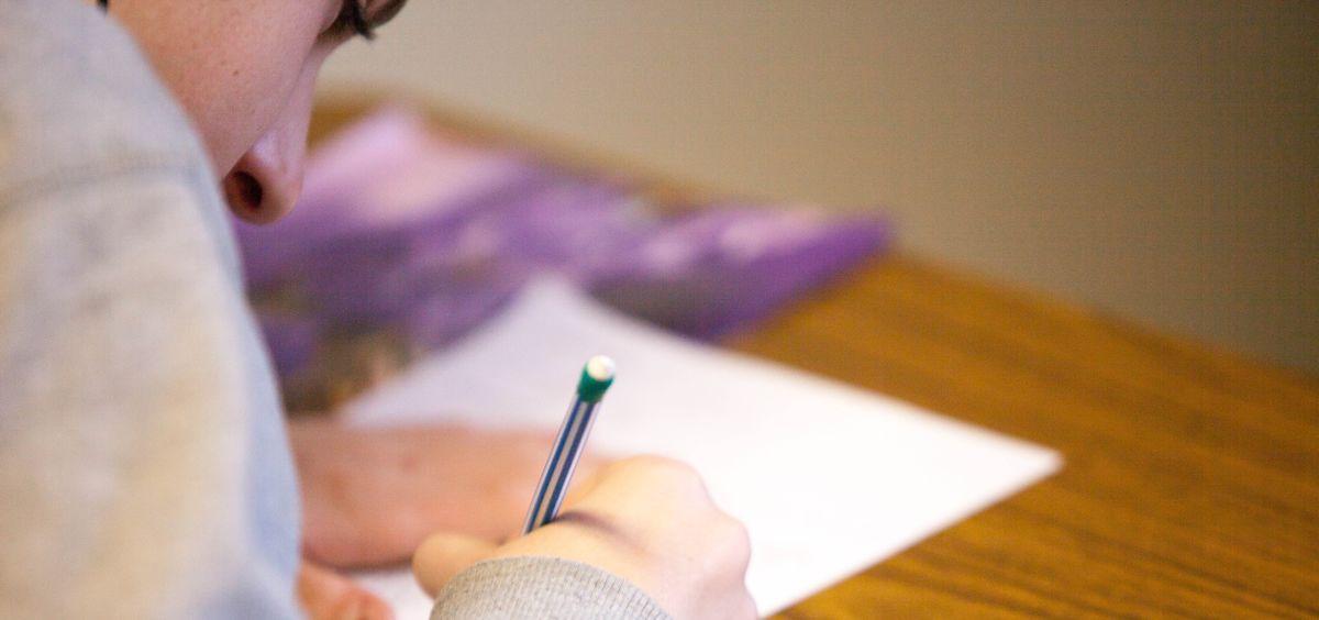 Opositor haciendo un examen. (Foto. Unsplash)