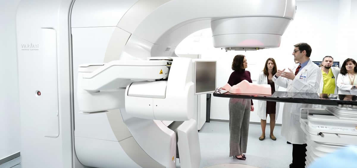 La presidenta de la Comunidad ha visitado los servicios de Oncología Radioterápica y Radiofísica del Hospital Puerta de Hierro (Foto. Comunidad de Madrid)