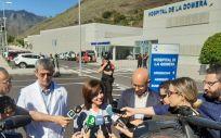 La consejera de Sanidad, Teresa Cruz, compareciendo ante los medios a las puertas del Hospital de La Gomera hace unos días. (Foto. Gobierno de Canarias)