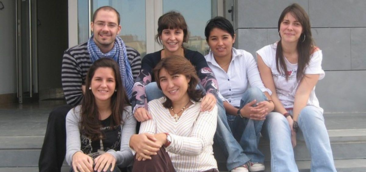 Carmen Ramírez Castillejo (sentada en primera fila, en el centro de la imagen), con otros compañeros del grupo de investigación (Foto. UPM)