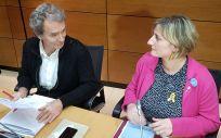 Alba Vergés, consejera de Salud de Cataluña, conversa con Fernando Simón, director del Centro de Coordinación de Alertas y Emergencias Sanitarias (Foto: ConSalud.es)