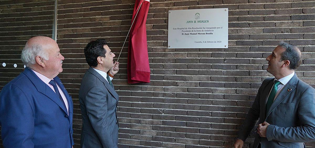 El presidente Juanma Moreno descubriendo la placa de inauguración (Foto. Junta de Andalucía)