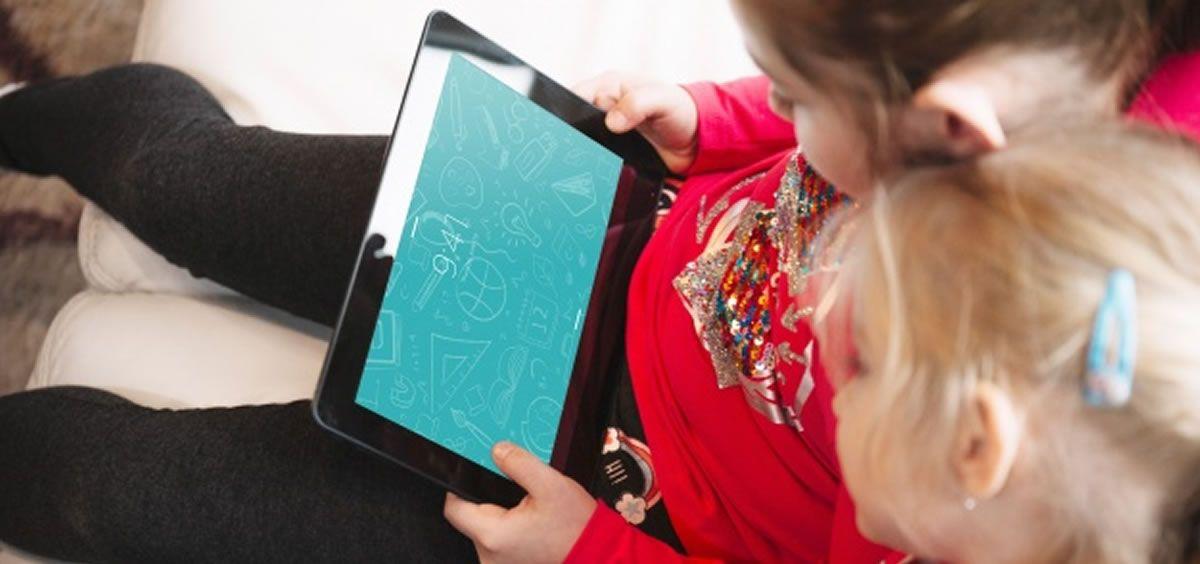 Niñas aprendiendo mientras usan una tablet (Foto. Freepik)