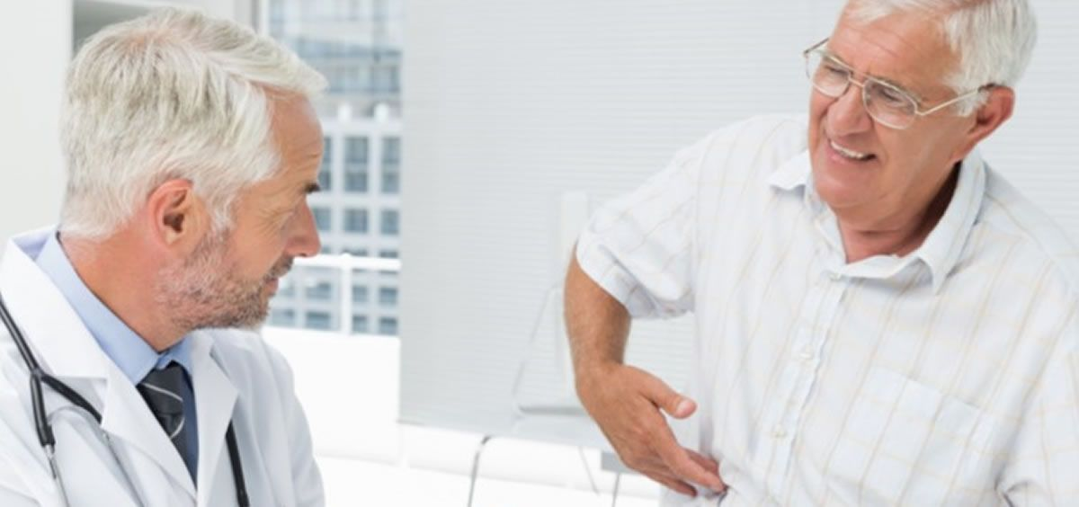 Médico atendiendo a paciente con enfermedad inflamatoria intestinal (Foto. HURJC)