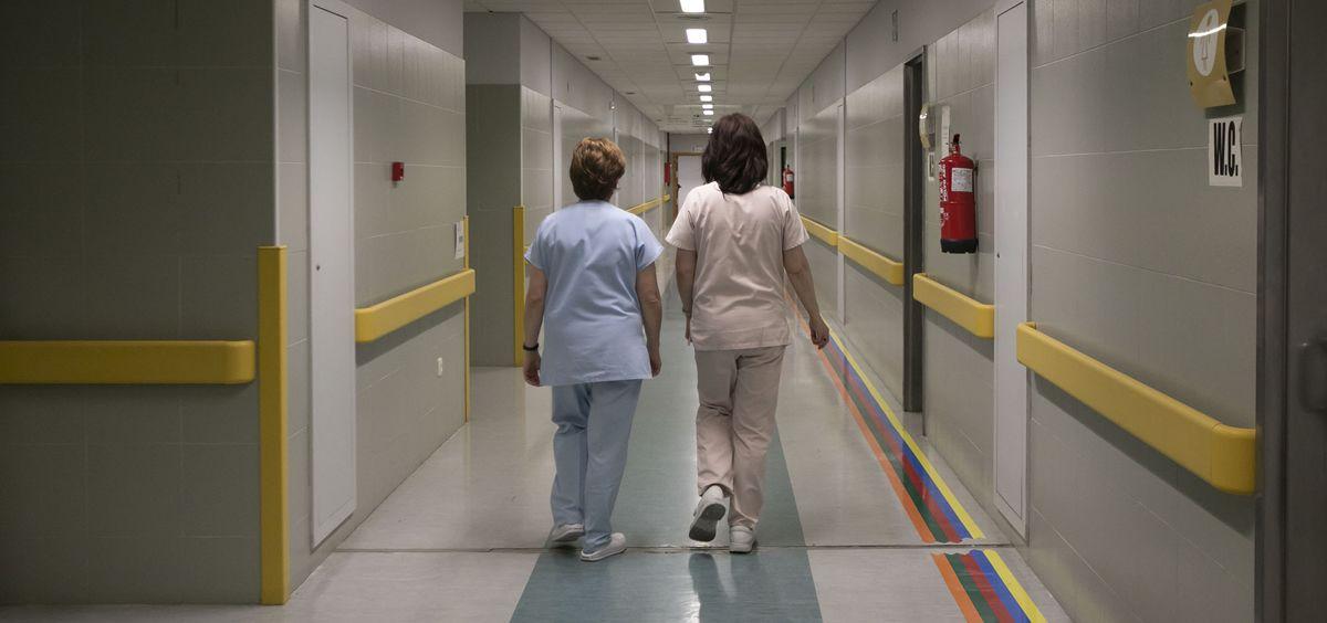 Sanitarias en el pasillo de un hospital del Servicio Gallego de Salud. (Foto. Sergas)