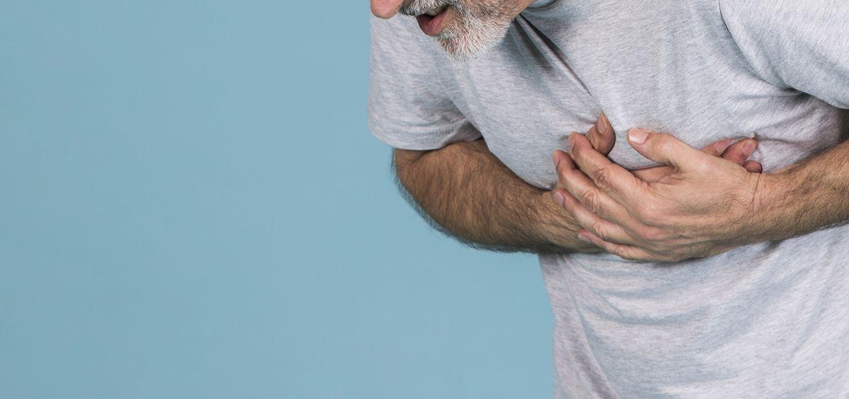 Hombre con dolor en el pecho (Foto. Freepik)