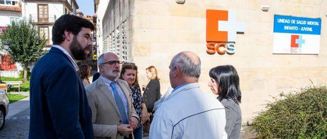 El consejero de Sanidad conversa con el presidente de la Asociación 'Nunca Jugarás Solo' frente a la nueva Unidad de Salud Mental Infanto Juvenil de Laredo (Foto. Gobierno de Cantabria)