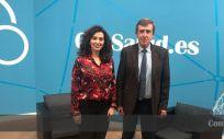Marta Gómez, subdirectora de Publicaciones del Grupo Mediforum, y Javier García Samaniego, coordinador de la AEHVE.