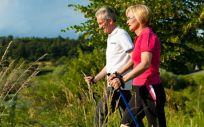 El municipio recetará la marcha nórdica contra la vida sedentaria y la soledad (Foto. Freepik)