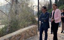El consejero de Salud junto con la alcaldesa de Archena conociendo las rutas senderistas de la localidad  (Foto. Región de Murcia)