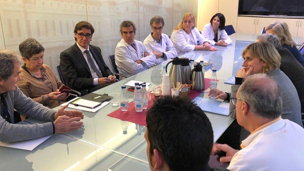 Salvador Illa y Alba Vergés reunidos con el equipo médico del Hospital Clínic de Barcelona (Foto. @sanidadgob)