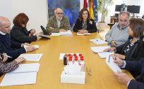 Titulares de Sanidad y Servicios Sociales presidiendo la mesa de la primera reunión (Foto. Gobierno de Cantabria)
