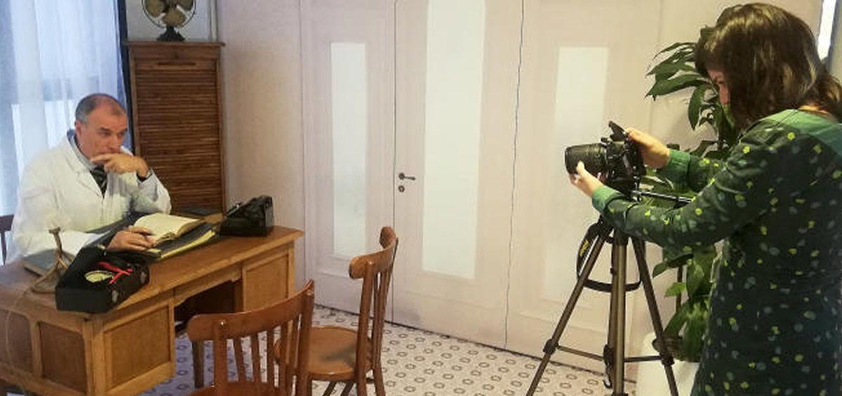 Preparación de uno de los vídeos que se podrán ver en el escape room (Foto. Althaia)