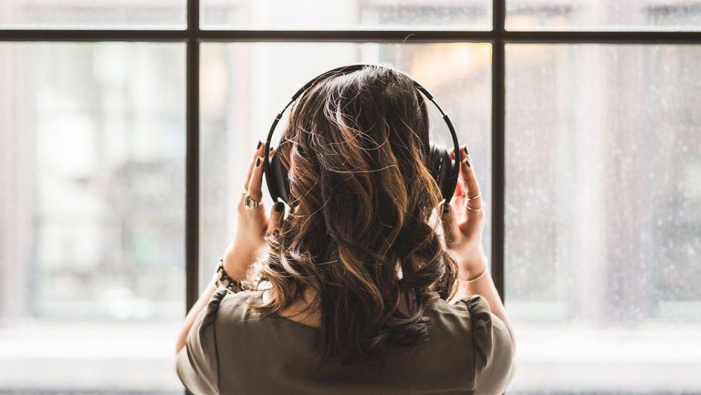 El uso continuado de auriculares para reproducir música a volúmenes muy altos produce pérdida de audición irreversible. (Foto. Pixabay)