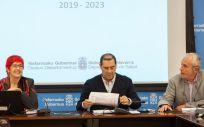 La consejera de Salud, Santos Indurain, junto al director gerente del SNS-Osasunbidea José Ramón Mora Martínez y Carlos Artundo director general de Salud (Foto: Gobierno de Navarra)