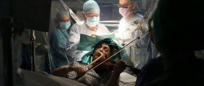 Dagmar Turner, paciente operada mientras toca el violín (Foto. News)
