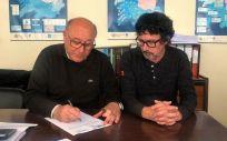 El presidente del Sindicato Médico, Ramón Barreiro, y el Secretario General, Antonio Otero, fueron los primeros en firmar la petición (Foto. CESM Galicia)
