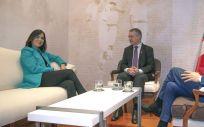 Carolina Darias, ministra de Política Territorial, junto al Lehendakari, Íñigo Urkullu, y el consejero vasco de Autogobierno, Josu Erkoreka (Foto: Irekia)