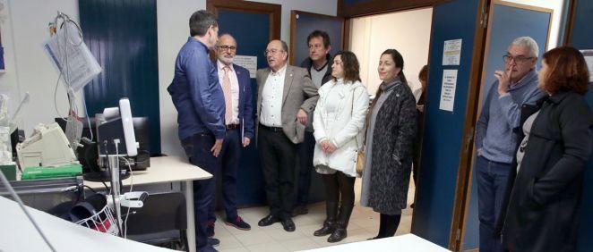 El consejero de Sanidad y el alcalde de San Vicente, durante su visita al centro de salud (Foto. Cantabria)