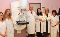 Equipo del Hospital Clínico San Carlos junto con la mamografía (Foto. ConSalud)