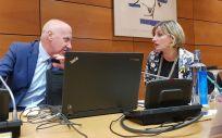 Alba Vergés, consejera de Salud de Cataluña, conversa con Faustino Blanco, secretario general de Sanidad, antes del Interterritorial (Foto: ConSalud.es)