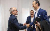 Miguel Rodríguez y Javier López Estrada se saludan antes del encuentro que han mantenido en dependencias de la Consejería de Sanidad (Foto. Gobierno de Cantabria)