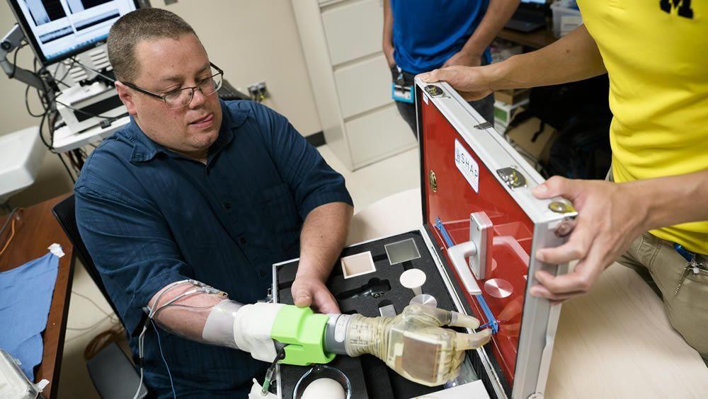 Un paciente utiliza el nuevo sistema tecnológico (Foto: Universidad de Michigan)