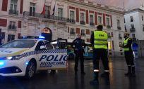 Efectivos de la Unidad Militar de Emergencias (UME) y agentes de la Policía Municipal de Madrid vigilan la madrileña Puerta del Sol (Foto: Ministerio de Defensa)