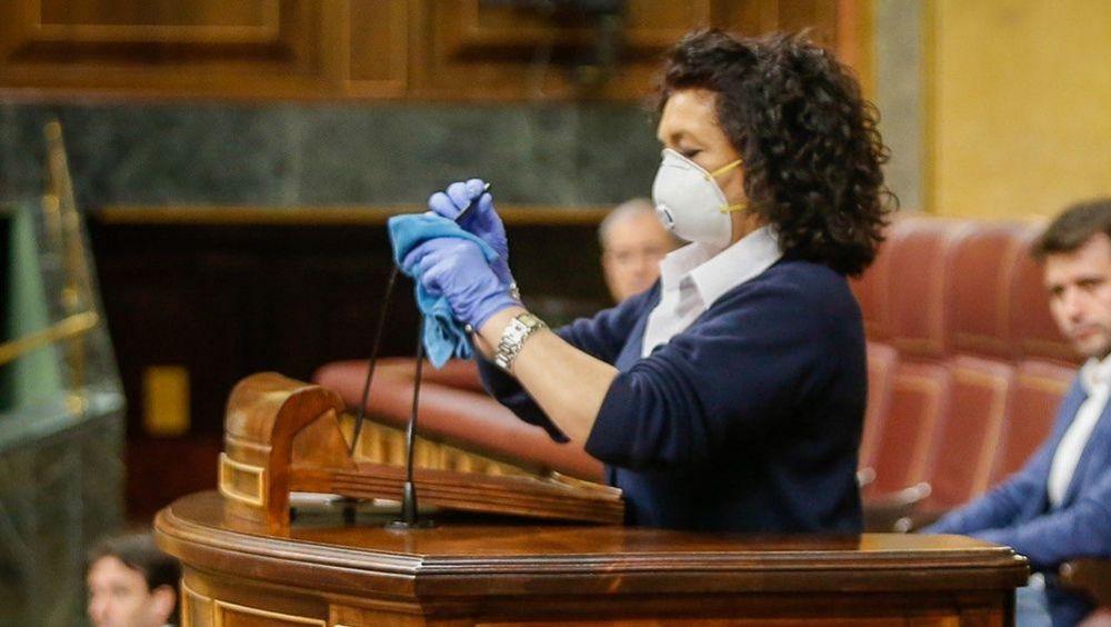 Valentina, trabajadora del Congreso que ha limpiado el atril tras las intervenciones de los diputados (Foto: Flickr PSOE)
