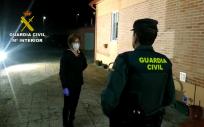 Un agente visita una residencia de mayores (Foto: Guardia Civil)