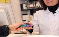Paciente adquiriendo sus medicamentos a través de la receta electrónica (Foto. Sescam)