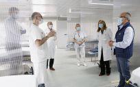 Miguel Rodríguez (de azul en primer término) y Mónica Hernández (a su derecha) visitan el puesto de triaje en compañía de otros profesionales del hospital. Foto. Lara Revilla / Gobierno de Cantabria